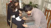 Familia adopta a una perra discapacitada abandonada