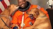 Astronauta hace fotos oficiales con sus perros